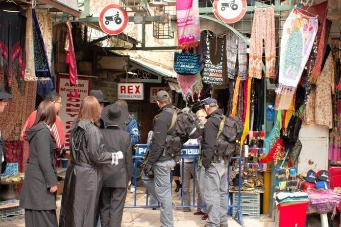 Begynnelsen på en av de viktigste handlegatene i Gamlebyen, rett ved Jaffa Gate. (Foto: Christian Haugen, flickr.com)