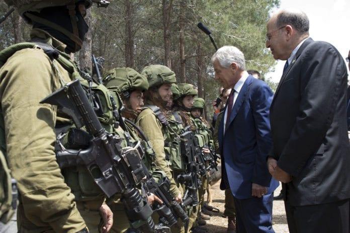 Israels forsvarsminister Moshe Ya'alon (f.h.) og USAs forsvarsminister Chuck Hagel inspirerer IDF-soldater. (Foto: Erin A. Kirk-Cuomo, USAs forsvarsdepartement)