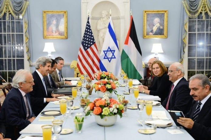 Dette er et historisk bilde fra juli 2013. For første gang på tre år møtes Israel og PA til direkte forhandlinger. F.v. nærmest: USAs nye Midtøsten utsending Martin Indyk og utenriksminister John Kerry. F.h. i midten: PAs sjefsforhandler Saeb Erekat og Israels diplomatiminister Tzipi Livni. (Foto: U.S. Department of State, flickr.com)