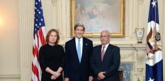 Israels forhandlingsleder Tzipi Livni (t.v.) og PLOs forhandlingsleder Saeb Erekat sammen med USAs utenriksminister John Kerry. (Foto: USAs utenriksdepartement)