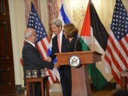 Tirsdagens pressekonferanse i Washington. F.v.: PAs sjefsforhandler Saeb Erekat, USAs utenriksminister John Kerry og Israels diplomatiminister Tzipi Linvi. (Foto: U.S. Department of State, flickr.com)