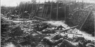 Britiske soldater i skyttergravene under første verdenskrig, drept under et kjemisk gassangrep fra Tyskland. (Foto: Wikimedia Commons)