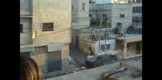 Israelske soldater og grensepoliti blir angrepet av store steinblokker mandag. (Foto: Skjermdump fra maysa ayyad, Youtube.com)