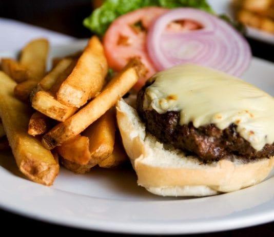 Burger med ost (Illustrasjon: Robyn Lee, flickr.com)