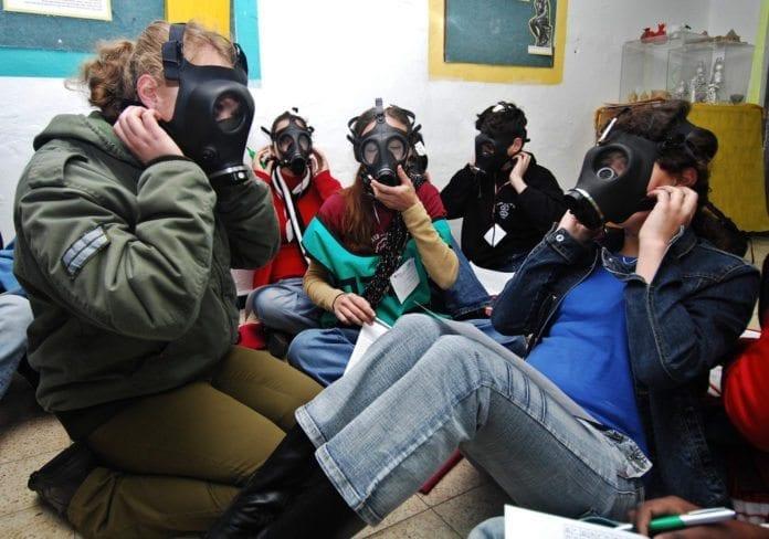 Sivilforsvaret lærer israelere hvordan de skal håndtere gassmasken. (Illustrasjon: Israel Defense Forces, flickr.com)
