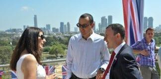 Storbritannias ambassadør Matthew Gould (t.h.) og hans kone Celia (t.v.), i samtale med Netanyahus fremste rådgiver Zvi Hauser. (Foto: UK in Israel, flickr.com)