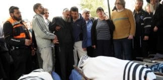Begravelsen til de fem medlemmene av Fogel-familien, inkludert et spedbarn, som ble drept i et brutalt terrorangrep i bosetningen Itamar mars 2011. (Illustrasjon: Debbie Hill, UPI)