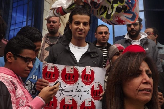 Maikel Nabil (midten av bildet), en av de mest kjente aksjonistene under den pågående egyptiske revolusjonen, frykter for de koptiske kristnes framtid i hjemlandet. (Foto: Maha Al Aswad, flickr.com)