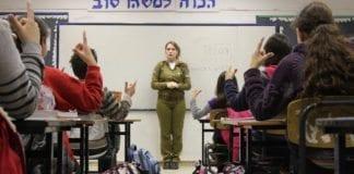 IDF-soldat forklarer israelske skolebarn hva de skal gjøre, dersom det oppstår en krisesituasjon. (Illustrasjon: Israel Defense Forces, flickr.com)