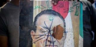Under den egyptiske revolusjonen tok mange med seg vandaliserte presidentbilder av Hosni Mubarak til Tahrir-plassen i Kairo. (Illustrasjon: Mosa'ab Elshamy, flickr.com)