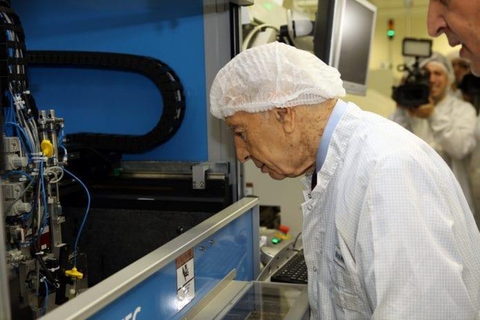 President Shimon Peres besøker Phillips' forskningssenter i Haifa. (Illustrasjon: Philips Communications, flickr.com)