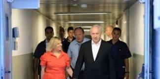 Statsminister Benjamin Netanyahu og hans kone forlater Hadassah-sykehuset søndag. (Foto: Benjamin Netanyahu - בנימין נתניהו, Facebook.com)