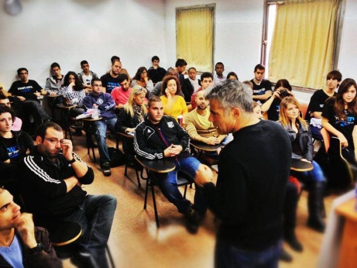 Finansminister Yair Lapid snakker til en gruppe studenter (Foto: Yair Lapid - יאיר לפיד, Facebook.com)