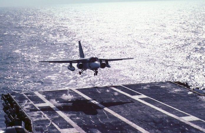 Anti-ubåt-flyet US-3A Viking lander ombord et amerikansk krigsskip. (Illustrasjon: Steve Swayne, flickr.com)