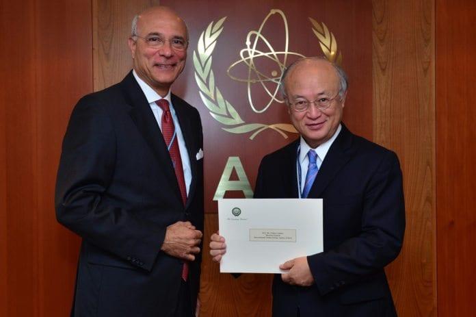 Den arabiske ligas IAEA-ambassadør Ramzy Ezzeldin Ramzy og IAEAs generalsekretær Yukiya Amano. (Foto: Dean Calma, IAEA Imagebank, flickr.com)