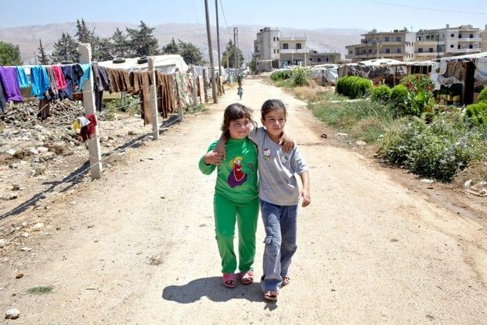 To barn i den syriske flyktningleiren Dalhamiyeh. (Foto: S. Baldwin, UNHCR UN Refugee Agency, flickr.com)