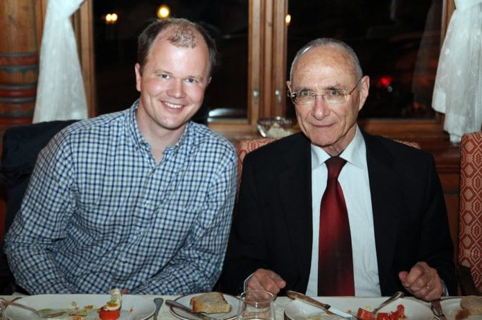Turistminister Uzi Landau sammen med Conrad Myrland, daglig leder i MIFF.