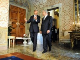USAs utenriksminister John Kerry (f.v.) gir Israels statsminister Benjamin Netanyahu en omvisning i den amerikanske ambassadørboligen i Roma. (Foto: U.S. Department of State, flickr.com)
