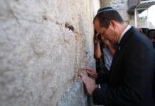 Jerusalems ordfører Nir Barkat ber på valgdagen for et godt resultat, ved Vestmuren. (Foto: Nir Barkat - ניר ברקת, Facebook.com)