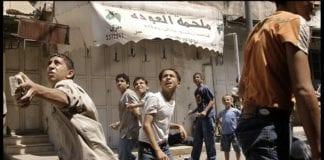 Unge palestinske gutter kaster steinblokker (Illustrasjon: Rusty Stewart, flickr.com)