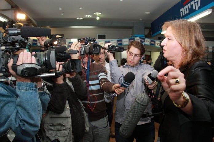 Justisminister og Hatnua-leder Tzipi Livni (t.h.) intervjues av pressen. (Foto: Tzipi Livni, flickr.com)
