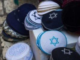 I Sverige avstår så mange som 49 prosent av jødene fra å bruke det religiøse hodeplagget kippah, for å ikke avsløre seg selv som jøde. (Illustrasjon: Emily Orpin, flickr.com)