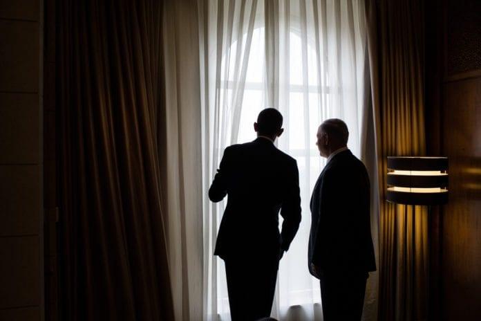 USAs president Barack Obama (f.v.) og Israels statsminister Benjamin Netanyahu titter ut av vinduet på Obamas suite på King David Hotel, da han sist besøkte Israel i mars. (Illustrasjon: Pete Souza, The White House, flickr.com)
