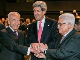 Israels president Shimon Peres (f.v.), USAs utenriksminister John Kerry og PA-president Mahmoud Abbas. (Illustrasjon: Benedikt von Loebell, World Economic Forum, flickr.com)