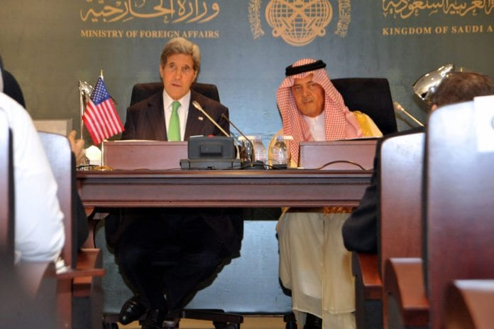 USAs utenriksminister John Kerry (f.v.) og Saudi Arabias utenriksminister Saud al-Faisal. (Foto: U.S. Department of State, flickr.com)