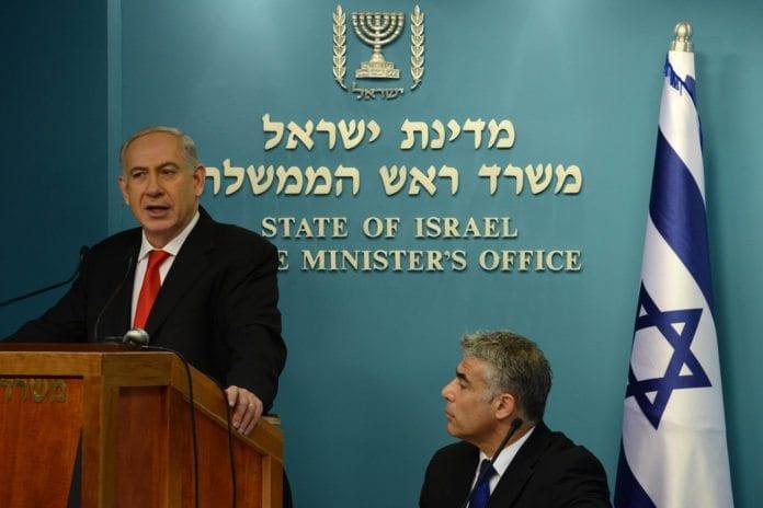 Finansminister Yair Lapid (f.h.) sier han må snakke litt mindre om å overta jobben til statsminister Benjamin Netanyahu. (Foto: Kobi Gideon, Prime Minister of Israel, flickr.com)