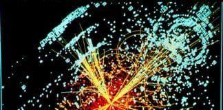 En mulig signatur fra Higgs-bosonet, utredet av en simulert kollisjon melom to protoner. (Foto: Wikimedia Commons)