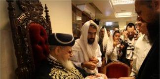 """Avdøde rabbiner Ovadia Yosef (t.v.) bistår i en tradisjonell jødisk """"brit milah"""", omskjærelse av et 8 dager gammelt jødisk guttebarn. (Foto: Tazpit News Agency)"""