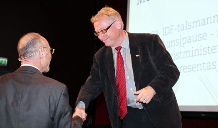 Hallgrim Berg takker Israels turistminister Uzi Landau på MIFF Forum 29. september 2013. (Foto: Conrad Myrland, MIFF)