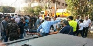 Bildet viser sikkerhetspersonell som hjelper til med å behandle de sårede i Beirut (Foto: قناة الميادين - Al Mayadeen Tv, Facebook.com)