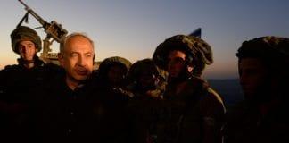 Statsminister Benjamin Netanyahu (nr. 2 f.v.) inspiserer en militærøvelse på Golan-høyden. (Foto: Prime Minister of Israel, flickr.com)