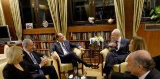 Frankrikes president Francois Hollande (midten) sammen med blant andre statsminister Benjamin Netanyahu og hans kone (t.v.) og president Shimon Peres (t.h.), under sitt nylige besøk i Jerusalem. (Foto: Avi Ohayon, Prime Minister of Israel, flickr.com)