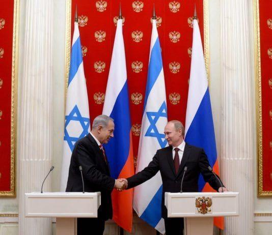Israels statsminister Benjamin Netanyahu (f.v.) og Russlands president Vladimir Putin håndhilser før pressekonferansen mellom de to statslederne 20. november 2013. (Foto: Kobi Gideon, Prime Minister of Israel, flickr.com)