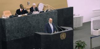 Israels FN-ambassadør Ron Prosor på talerstolen i FNs generalforsamling 26. november 2013. (Foto: Skjermdump fra IsraelinUN, YouTube.com)