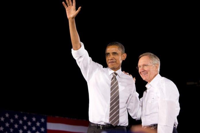 USAs president Barack Obama og Senatets majoritetsleder Harry Reid (D) er enige om mye, men nå rives sistnevnte mellom to Iran-fløyer blant de demokratiske senatorene. Den ene fløyen ønsker å støtte Obamas Iran-forhandlinger ved å vise lojalitet mot presidentens planer, mens den andre fløyen mener de kan styrke hans sjanser ved å innføre tøffere sanksjoner mot Teheran. (Illustrasjon: Matt Cadwallader, flickr.com)