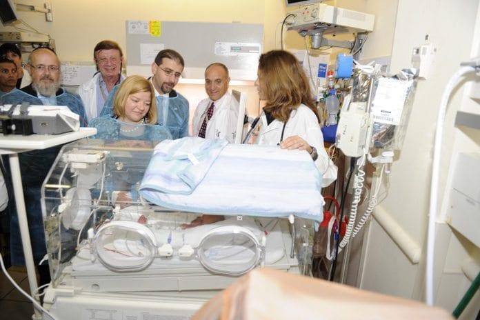 USAs ambassadør Dan Shapiro og hans kone besøker Mayanei Hayeshua Medical Center i Bnei Brak for to år siden. (Foto: U.S. Embassy Tel Aviv, flickr.com)
