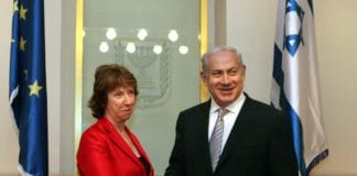EUs utenriksminister Catherine Ashton (f.v.) håndhilser på Israels statsminister Benjamin Netanyahu, under et besøk til Midtøsten i 2011. (Foto: European External Action Service, flickr.com)
