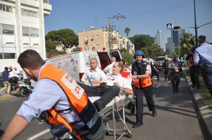Såret israeler på vei til å bli fraktet til sykehus av Magen David Adom-personell, etter at en Tel Aviv-buss ble utsatt for et bombeangrep i november 2012. (Illustrasjon: MDA)