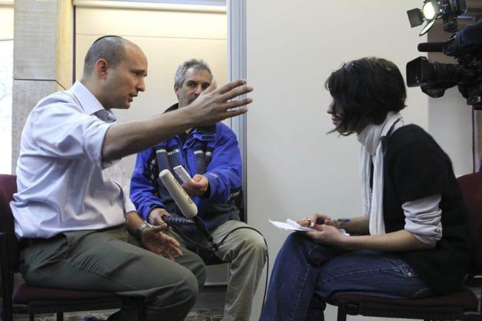 Handels- og økonomiminister Naftali Bennett (t.v.) intervjues av israelsk fjernsyn (Foto: Mati Milstein, The Israel Project, flickr.com)