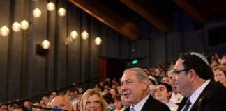 Utdanningsminister Shai Piron (f.h.), statsminister Benjamin Netanyahu og hans kone Sara kaster glans over den jødiske konkurransen International Bible Quiz. (Illustrasjon: Kobi Gideon, Prime Minister of Israel, flickr.com)