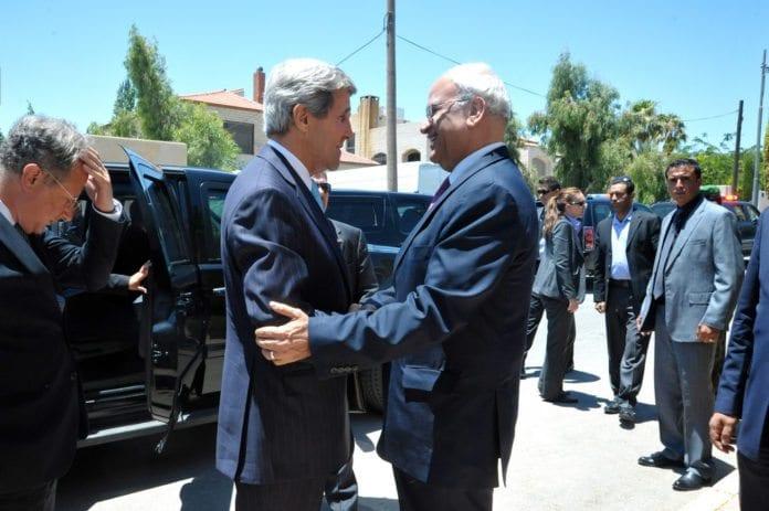 USAs utenriksminister John Kerry (f.v.) og PAs sjefsforhandler Saeb Erekat hilser på hverandre før et møte i Jordan. (Foto: U.S. Departement of State, flickr.com)
