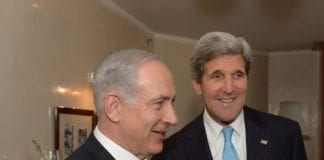 Statsminister Benjamin Netanyahu (f.v.) tar imot USAs utenriksminister John Kerry i Jerusalem. (Foto: Amos Ben Gershom, Prime Minister of Israel, flickr.com)