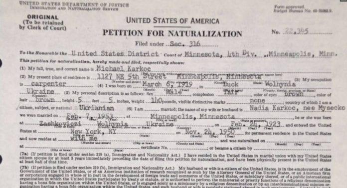 Den angivelige SS-massemorderen Michael Karkoc sin søknad om statsborgerskap i USA fra 1953. (Foto: Wikimedia Commons)