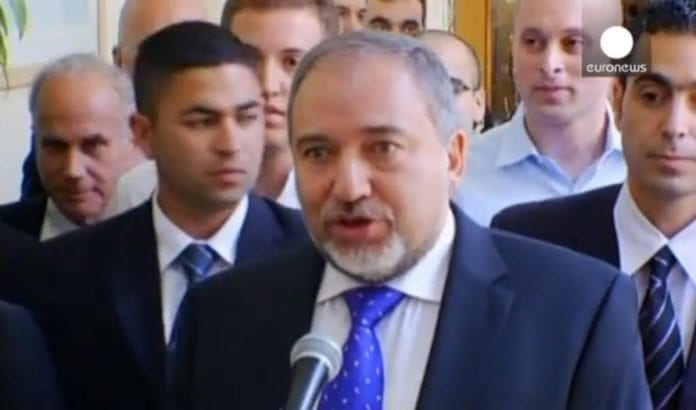 - Nå kan jeg legge dette kapittelet bak meg, sa en fornøyd Avigdor Lieberman etter domsavsigelsen 6. november 2013. (Skjermdump fra Euronews)