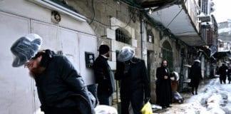 Ultraortodokse jøder i Mea She'arim skynder seg hjem for å unngå vinterstormen. (Foto: Miriam Mezzera, flickr.com)