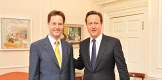Liberaldemokratenes partileder Nick Clegg (f.v.) og De konservatives partileder, statsminister David Cameron, leder den britiske regjeringen. Bildet er fra utnevnelsen av Clegg som visestatsminister i 2010. (Illustrasjon: Number 10, flickr.com)